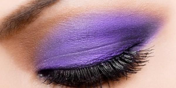 Hoe voer je bruidsmake-up uit met een paars smokey eyes effect?